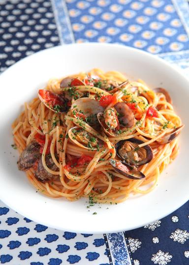 ボンゴレロッソは「ボンゴレ=あさり」「ロッソ=赤」という意味で、あさりをたっぷり使った定番のトマトソースパスタです♪ トマトの酸味とあさり旨味が食欲をそそり