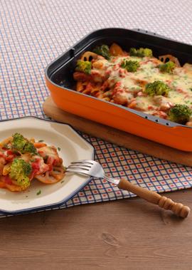 香ばしく焼いたチキンと秋野菜を使用したチーズトマトソースペンネです。  たっぷりのチーズをとろりとするまで溶かし、仕上げにイタリアンパセリをふって色鮮やかに