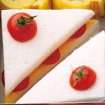 ショートケーキ風はんぺんのチーズトマトサンド